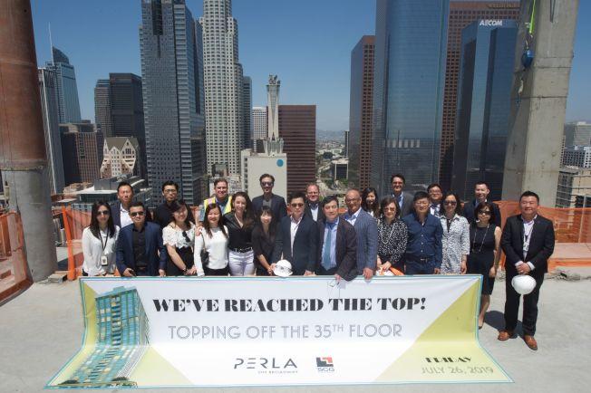 位於洛杉磯市中心的高檔住商兩用開發案Perla,將於2020年底竣工。圖為建案的封頂儀式。(SCGA提供)