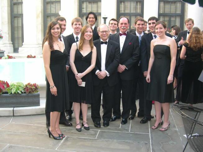 作者兒子(後排左三)在聯邦索賠法院實習,可以見到許多法官。