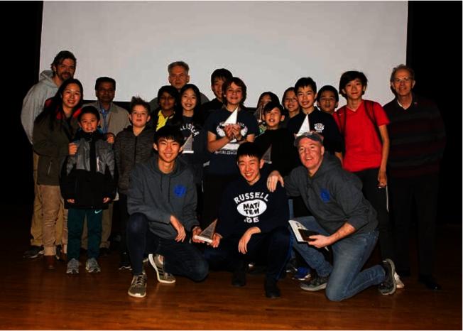 Robin輔導的初中數學隊獲得2019年Mathcounts皇后區團體賽第一名領獎。(韓傑克提供)