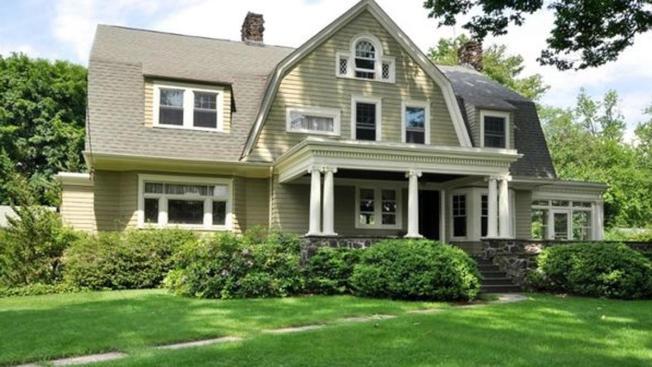 布洛達斯夫婦2014年以140萬元高價買下新澤西州韋斯特菲爾德宅邸,卻慘遭署名「看守人」一連串恐嚇信函糾纏不休,今年7月將該屋賤價出售給另一對夫婦。(NBC紐約地方電視台截圖)