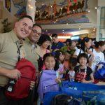學童迎開學 賭城警員中國城送書包