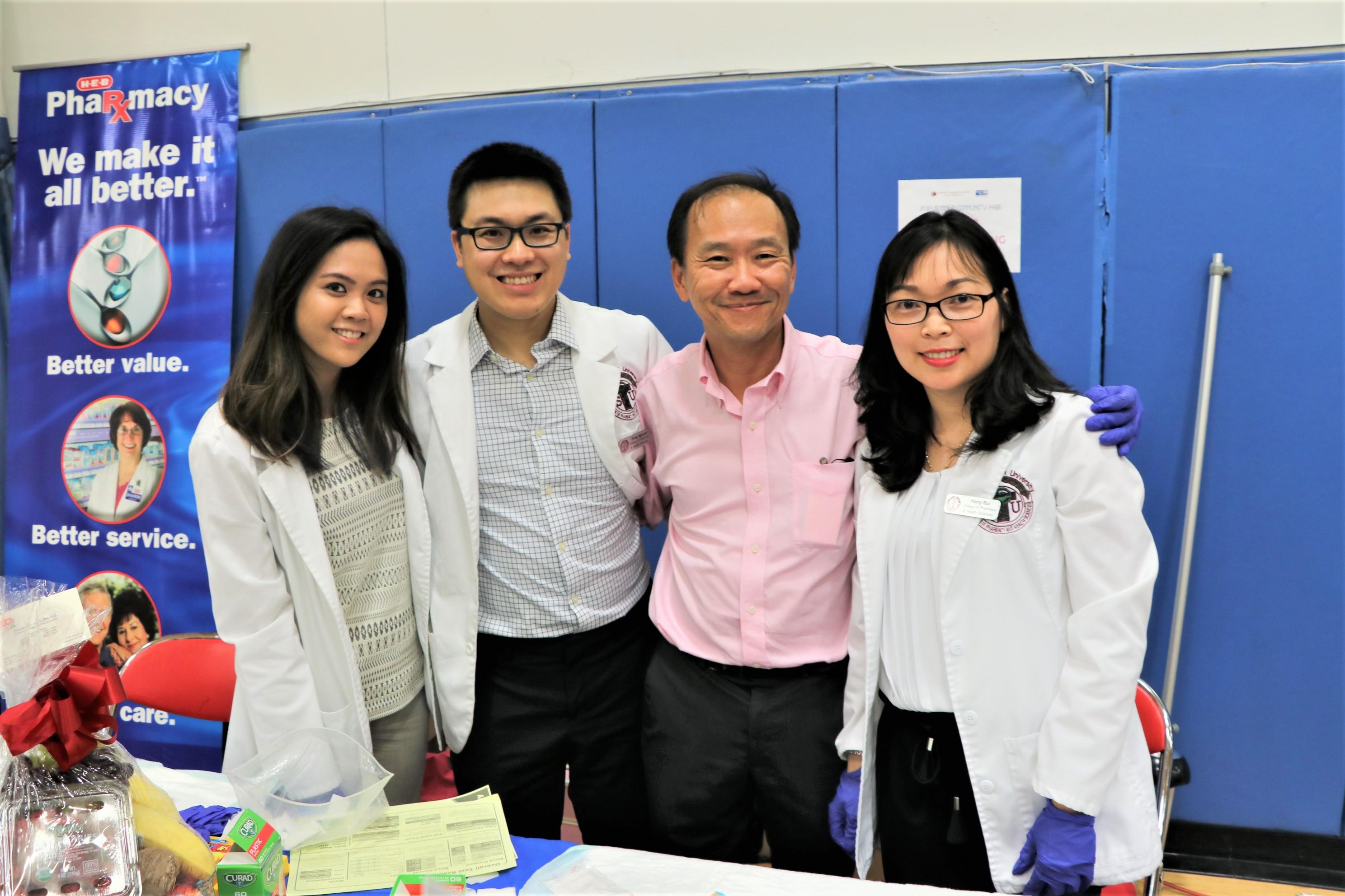 HEB超市藥局的資深華裔藥劑師Steve(右二),每有大型活動都會到場擔任義工。