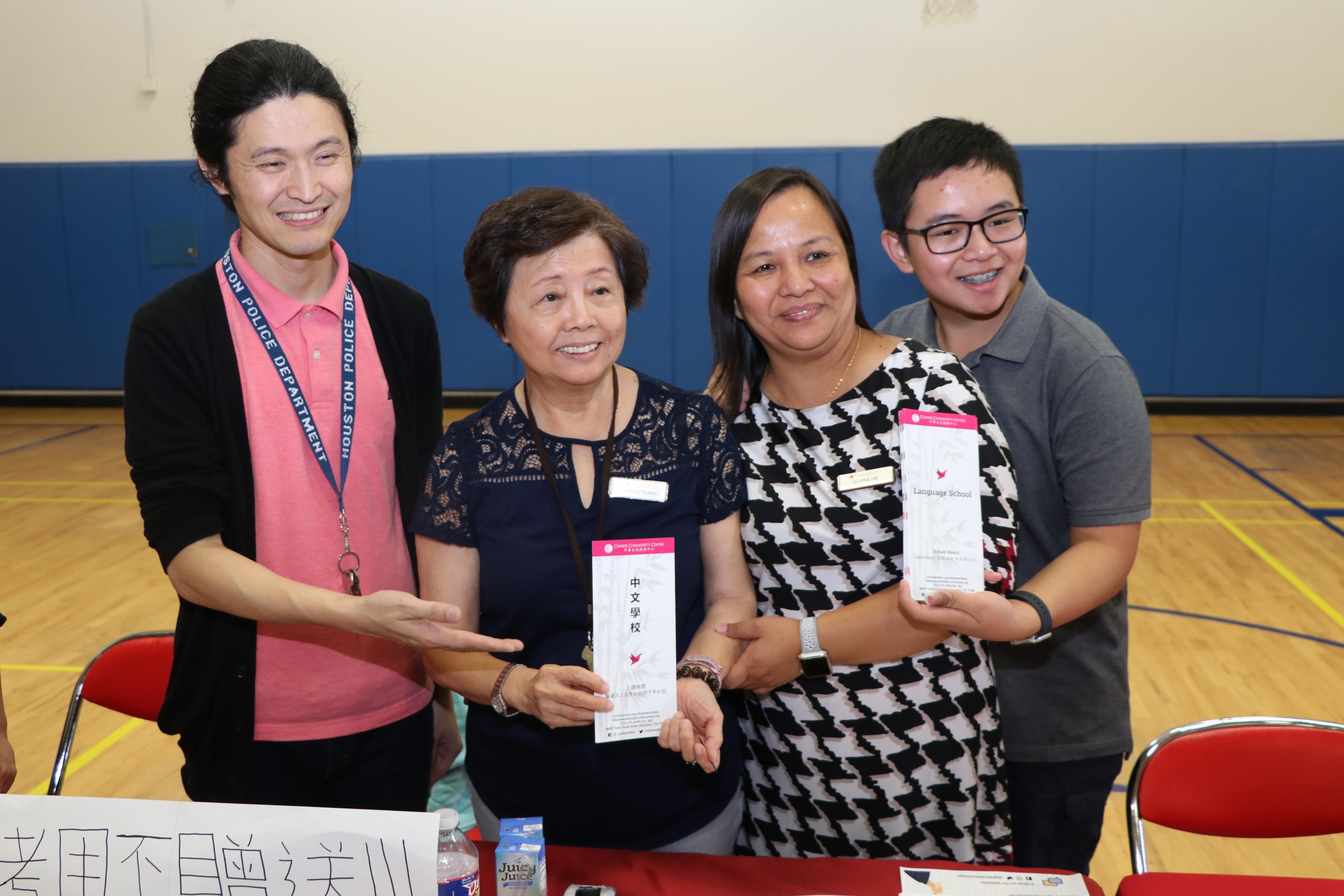 中華文化中心中文學校的員工向民眾宣導學校課程。