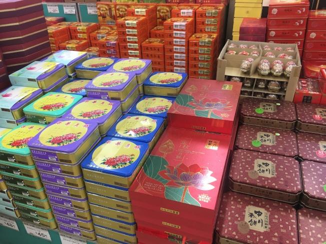 大華超市已為中秋節提前預熱,超市裡月餅禮盒選擇眾多。(記者王全秀子/攝影)