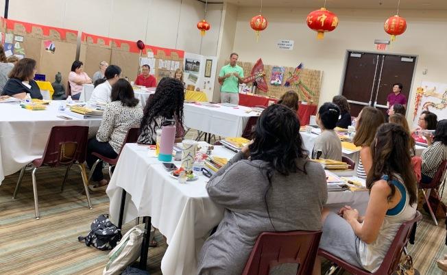 爾灣學區總監華克到場嘉勉參加中華文化研習會的教師。(照片由南海岸中華文化中心提供)