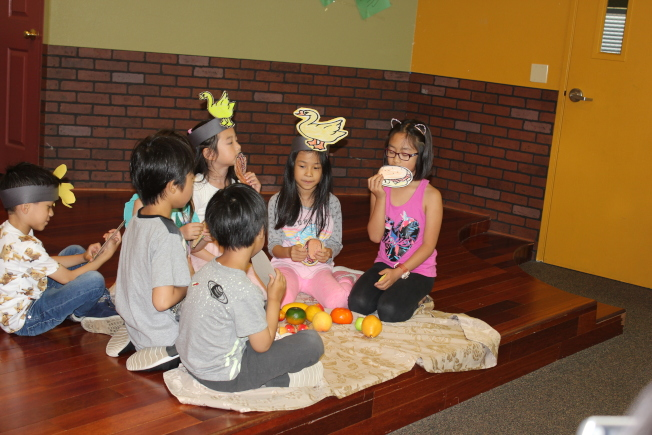 富樂頓中文學校初級班學生表演話劇。(富樂頓中文學校提供)