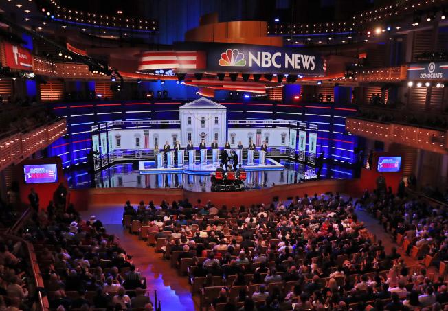 華裔楊安澤跨過民主黨門檻,能參加第三輪初選辯論。圖為民主黨初選辯論會場。(美聯社)
