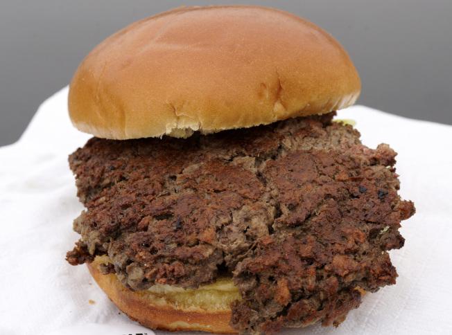 由植物性蛋白和植物油做的「素漢堡」也可減少肉類的消耗。(美聯社)