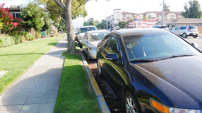 每到下班時間,路邊總是停滿了車。(記者梁雨辰/攝影)