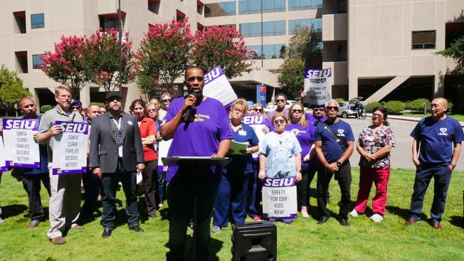 員工在奧康納醫院前抗議。(記者梁雨辰/攝影)