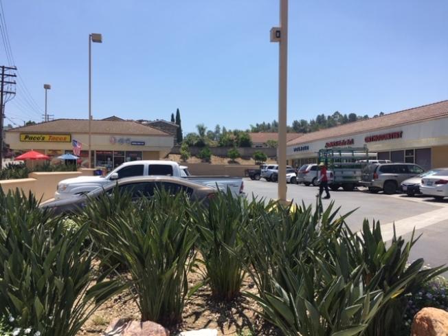 核桃市South Brea Canyon上的一家韓裔美髮店Adams Hair Art和墨西哥餐廳Pacos Taco,周二深夜被兩名非裔歹徒破門闖入。(記者楊青/攝影)