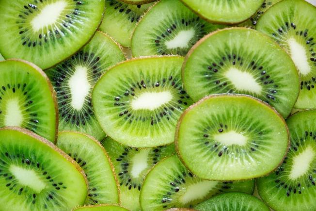 攝取富有維生素C及纖維素的水果,對減肥最有幫助。(取材自pexels)