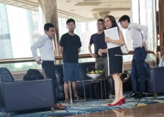 「香港眾志」核心成員黃之鋒(左二)和羅冠聰6日聯同港大學生會黃程鋒和彭家浩與美國駐港澳總領事館政治部主管伊迪(右二)會面。(讀者提供/中央社)