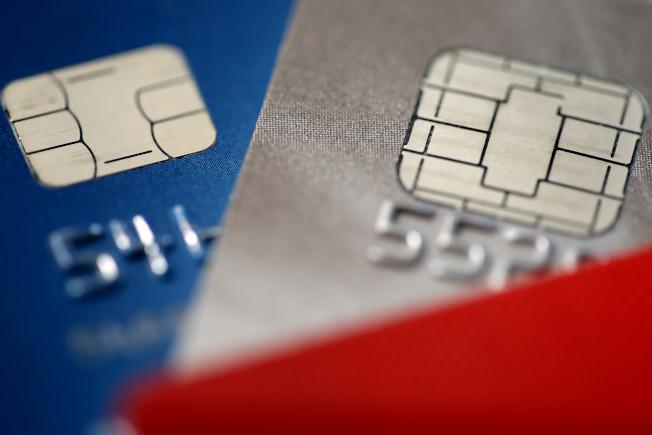 銷帳卡與銀行支票帳戶連結,刷卡消費等於使用口袋裡的錢。(美聯社)