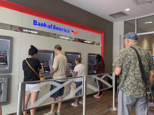 華女法拉盛銀行取「厚厚一疊」現金,遭到一名非洲裔搶劫。(記者賴蕙榆/攝影)