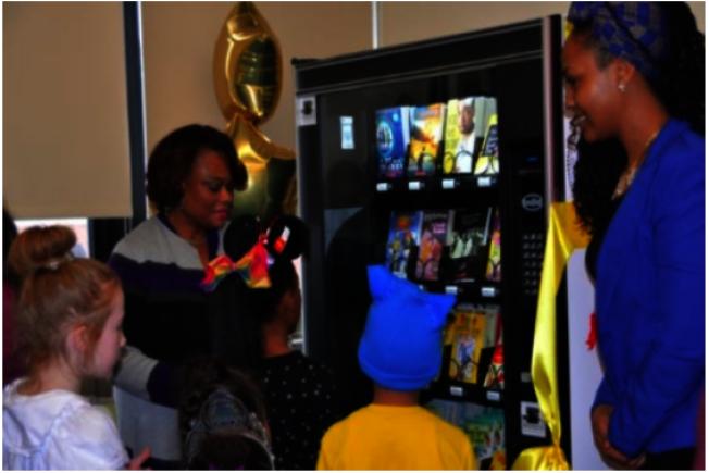 紐約州水牛城61號亞瑟.伊維學校有一台販書機,啟用當天,師生高興的圍著機器。(取自該校官網)