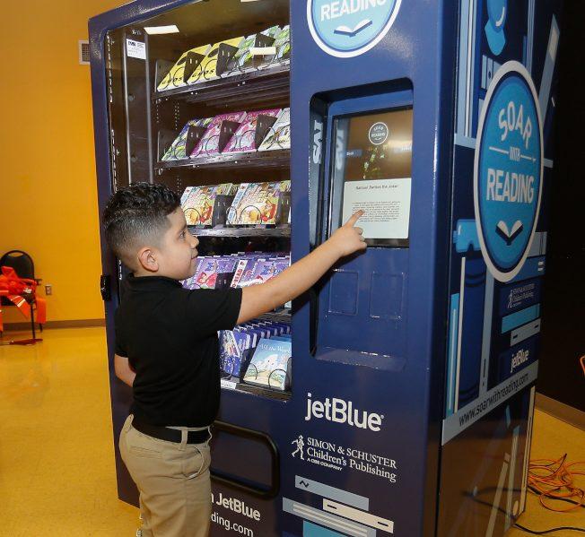 JetBlue航空舉辦「Soar  With Reading」活動,在全國各地安裝販書機。(Getty Images)