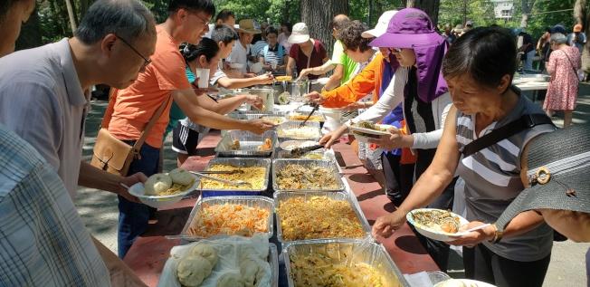 滿桌可口好菜、特色美食,讓文協會員會友大快朵頤。(記者唐嘉麗/攝影)