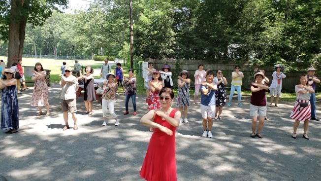 吳燁老師(前)帶領大家跳排舞。(記者唐嘉麗/攝影)