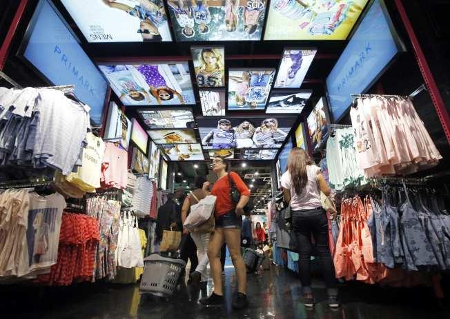 快時尚推出平價服飾,民眾欠缺動機修補衣服,容易受刺激購買新服飾。(路透)