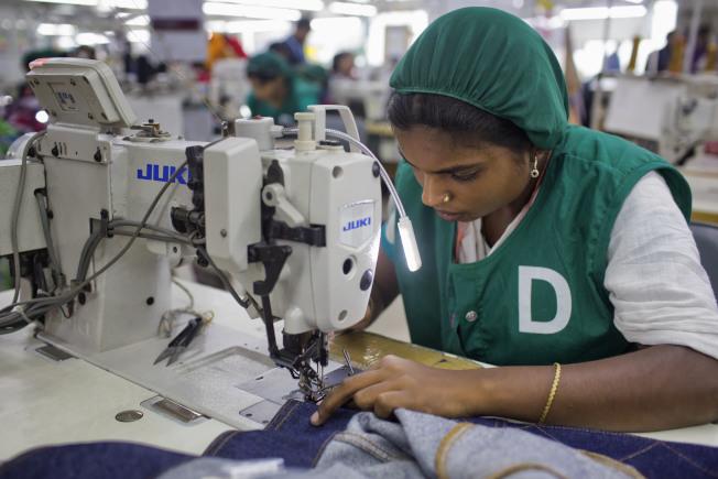 衣服縫線是衣服能穿得久的關鍵,圖為孟加拉紡織工廠女工。(美聯社)