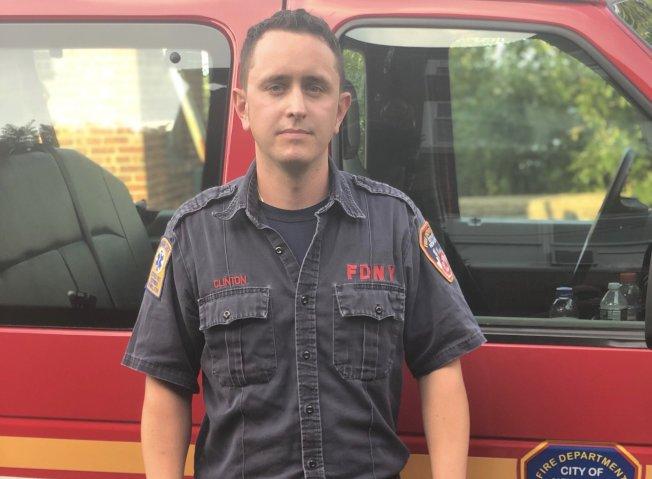 消防員克林頓8日下午救出一名被鎖在車中的五歲孩童。(市消防局提供)