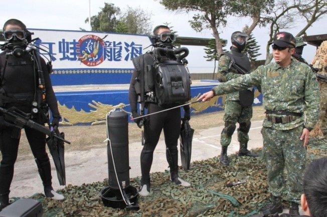 部署在金門的兩棲偵察營海龍蛙兵部隊,及其特種裝備。(本報系檔案照)
