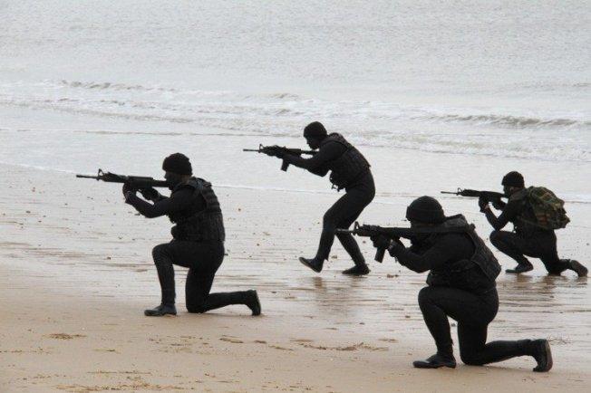 駐防前線的陸軍海龍蛙兵。(本報系檔案照)