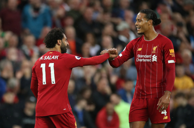英超足球聯賽新球季9日起跑,名門利物浦在開幕戰以4:1擊敗「升班馬」諾維奇。諾維奇在第七分鐘就送上一個烏龍球,加上薩拉赫(Mohamed Salah)、范戴克(Virgil van Dijk)、和奧里吉(Virgil van Dijk)先後進球,「紅軍」搶下球季首勝。圖為薩拉赫(左)與范戴克(右)在進球後慶祝。(路透社)