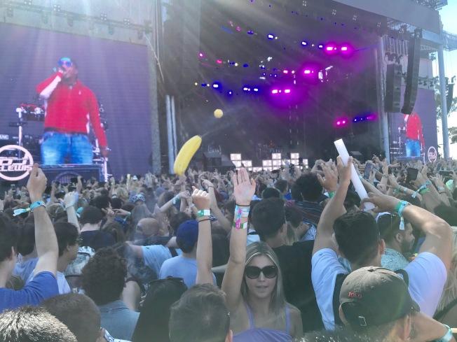 參加者隨搖滾歌手的節拍而嗨到爆。(記者黃少華/攝影)
