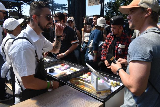 大麻糖果和巧克力攤位前人潮湧動。(記者黃少華/攝影)