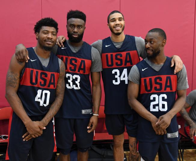 沃克(右起)、泰圖姆、布朗與史瑪特一起在美國男籃訓練營奮戰。(Getty Images)