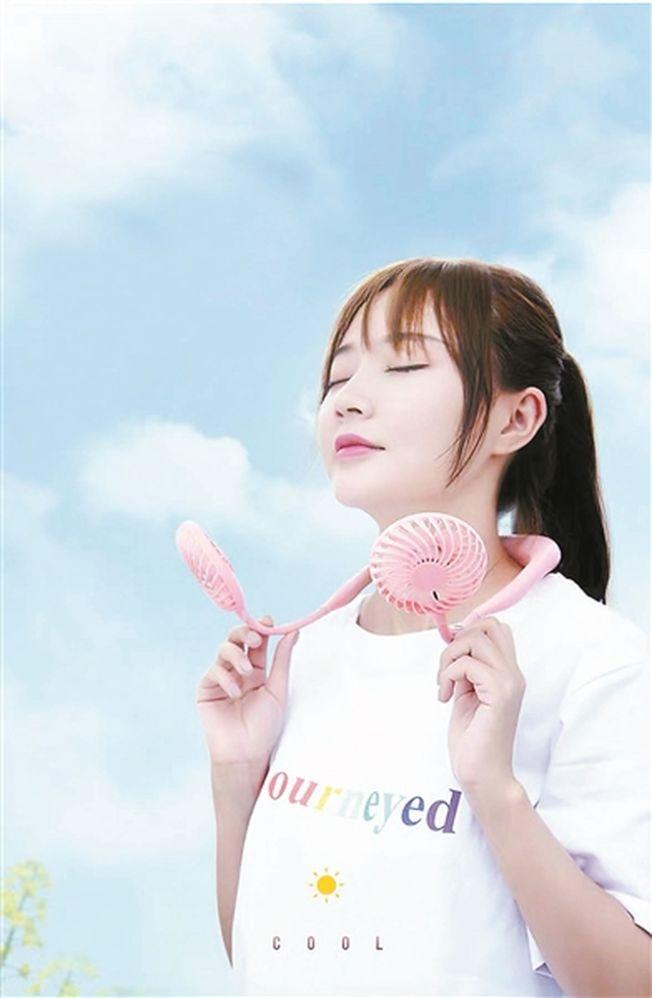 走路也可以吹風的「掛脖式風扇」成為今年夏天的網紅。(取材自北京青年報)