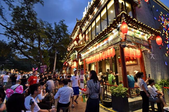 夜食成了北京人避暑的最佳選項,大排檔、深夜食堂等越夜越火。(新華社)