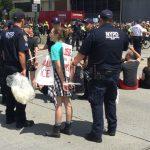 反ICE示威 他們靜坐曼哈頓高速公路 所有車道被迫關閉
