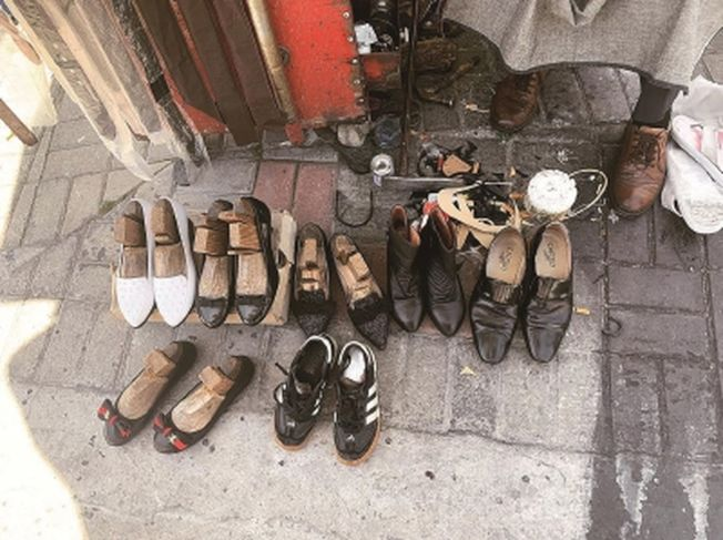 修好的鞋子和正在楦的鞋子錯落有致地擺放著。(取材自新聞晨報)