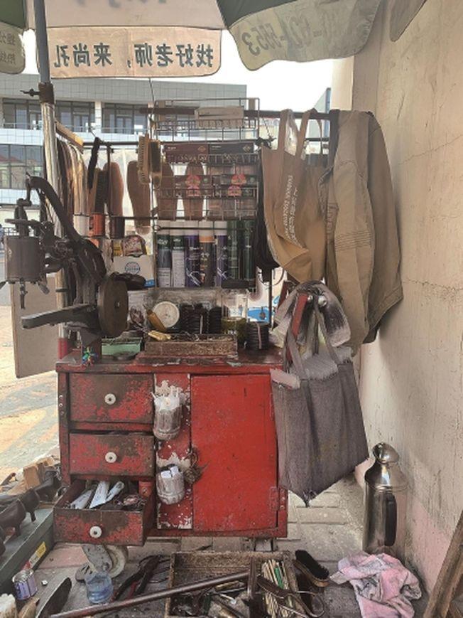 修鞋攤佈置得井井有條,各種零件各歸其位。(取材自新聞晨報)