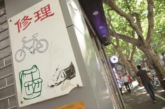 上海街頭巷尾的「小皮匠」越來越少了。(取材自新聞晨報)