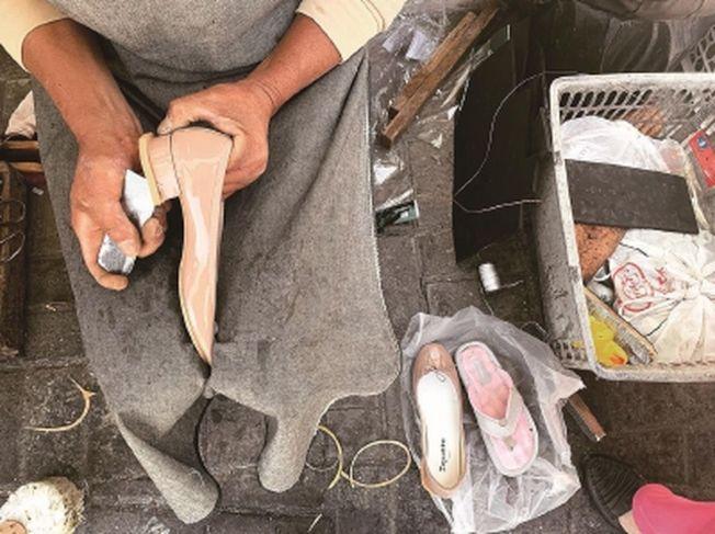 嚴師傅給芭蕾舞鞋加了層牛津鞋跟。(取材自新聞晨報)