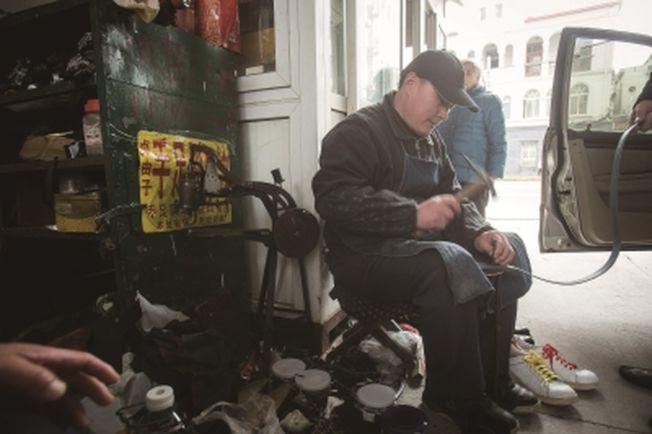52歲的陳學松在長陽路138弄的弄堂口一坐就是33年。(取材自新聞晨報)