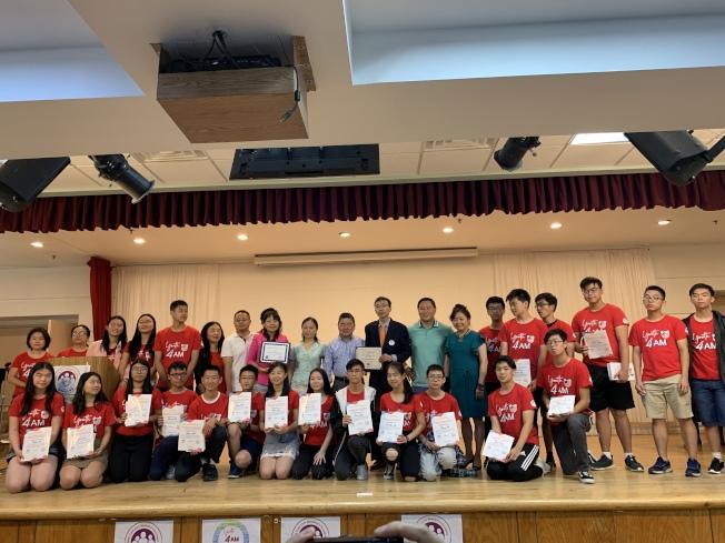 金兌錫、顧雅明等人向38名特殊高中生頒獎。(記者賴蕙榆/攝影)