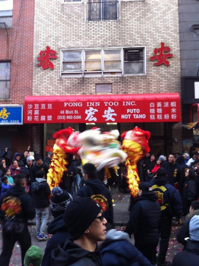 舞龍舞獅隊在宏安店門前。(伍啟芳提供)