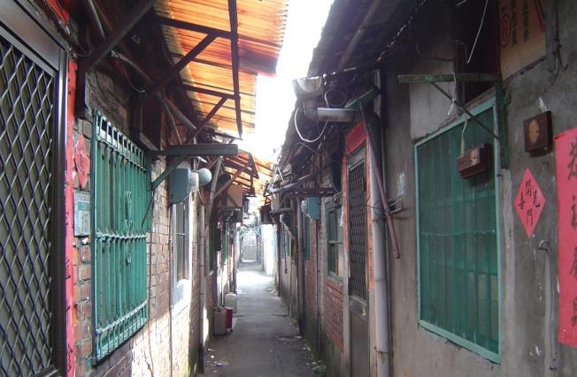 台灣眷村窄巷一景。(聯合新聞網檔案照)