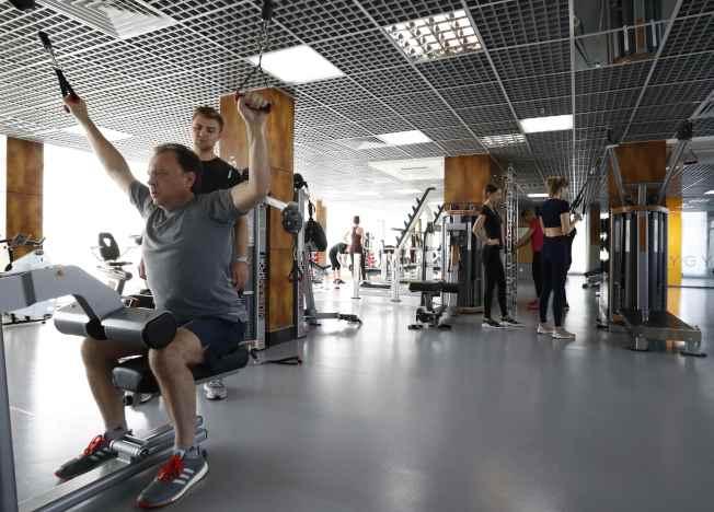 簡單的散步、健走很難消除腹部脂肪,最好尋求專業運動教練的協助,透過核心課程,除去局部脂肪。(路透)