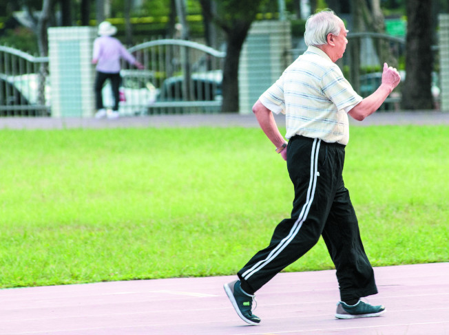 對於老人而言,走路是最好的運動,每天至少要走超過3000步。(本報資料照片)