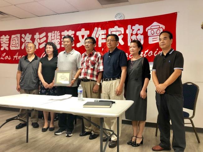 洛杉磯華文作家協會會長北奧(中)邀請盧新華(左三)擔任協會的榮譽顧問。(記者張宏/攝影)