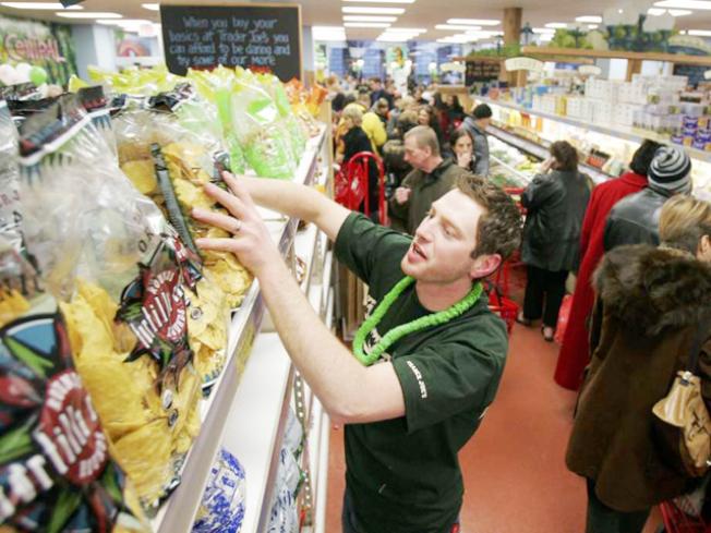 Trader Joe's店員提醒顧客,不買的商品請放回原處。(Getty Images)