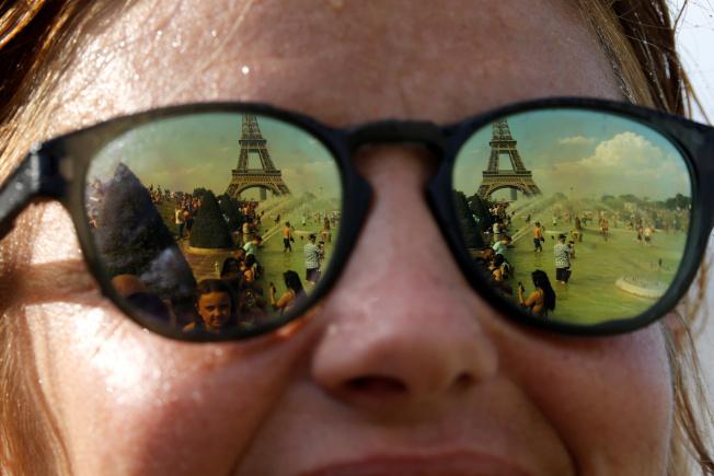 夏天紫外線可能傷眼,醫師提醒外出時最好配戴可有效阻擋UV的太陽眼鏡,同時盡量避免在強烈陽光下活動。(路透)