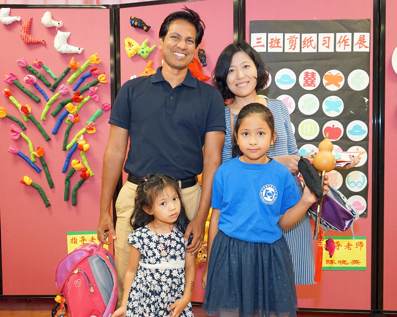 夏令營的同學恩雅(前右)和家長在其作品前合影。(記者賈忠/攝影)