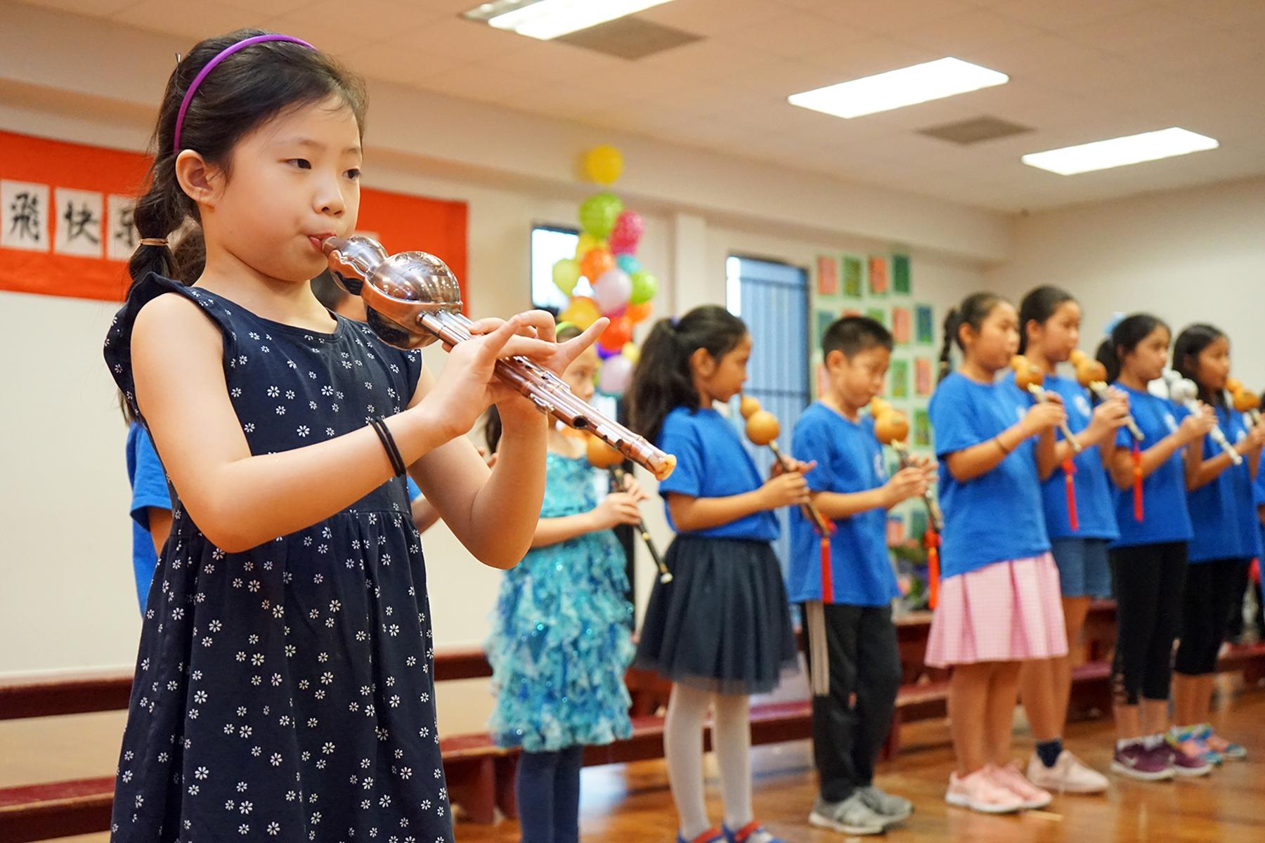 夏令營的同學表演《葫蘆絲串燒》。(記者賈忠/攝影)